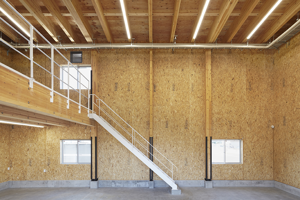 1階の倉庫は間口12,740mm×奥行8,190mmの無柱空間。鉄骨階段でつながる2階部分は間口8,645mm×奥行8,190mmの吹き抜けと、間口8,645mm×奥行8,190mmの倉庫で構成