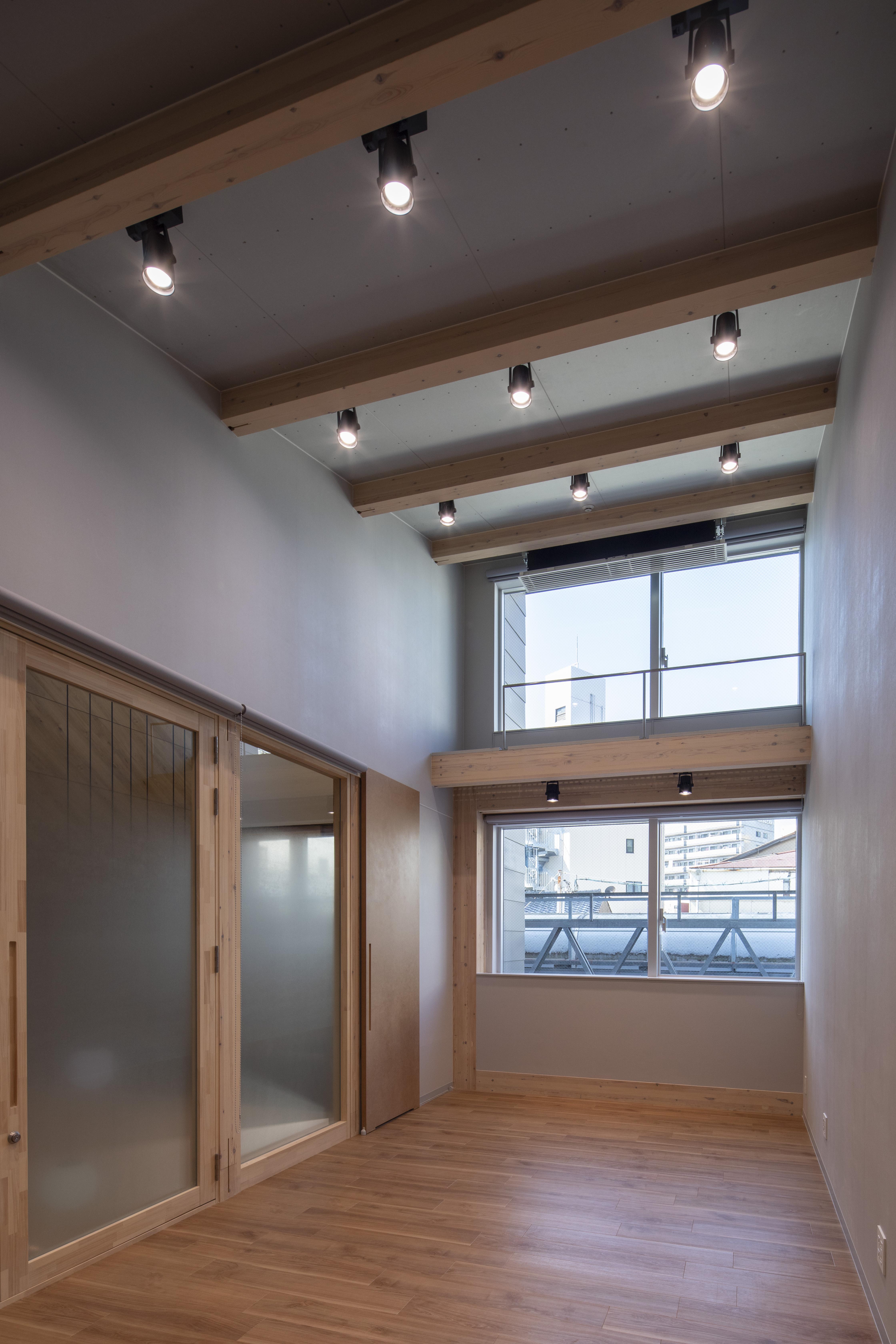 3階の事務所は東西側を跳ね上げた屋根形状に合わせた勾配天井