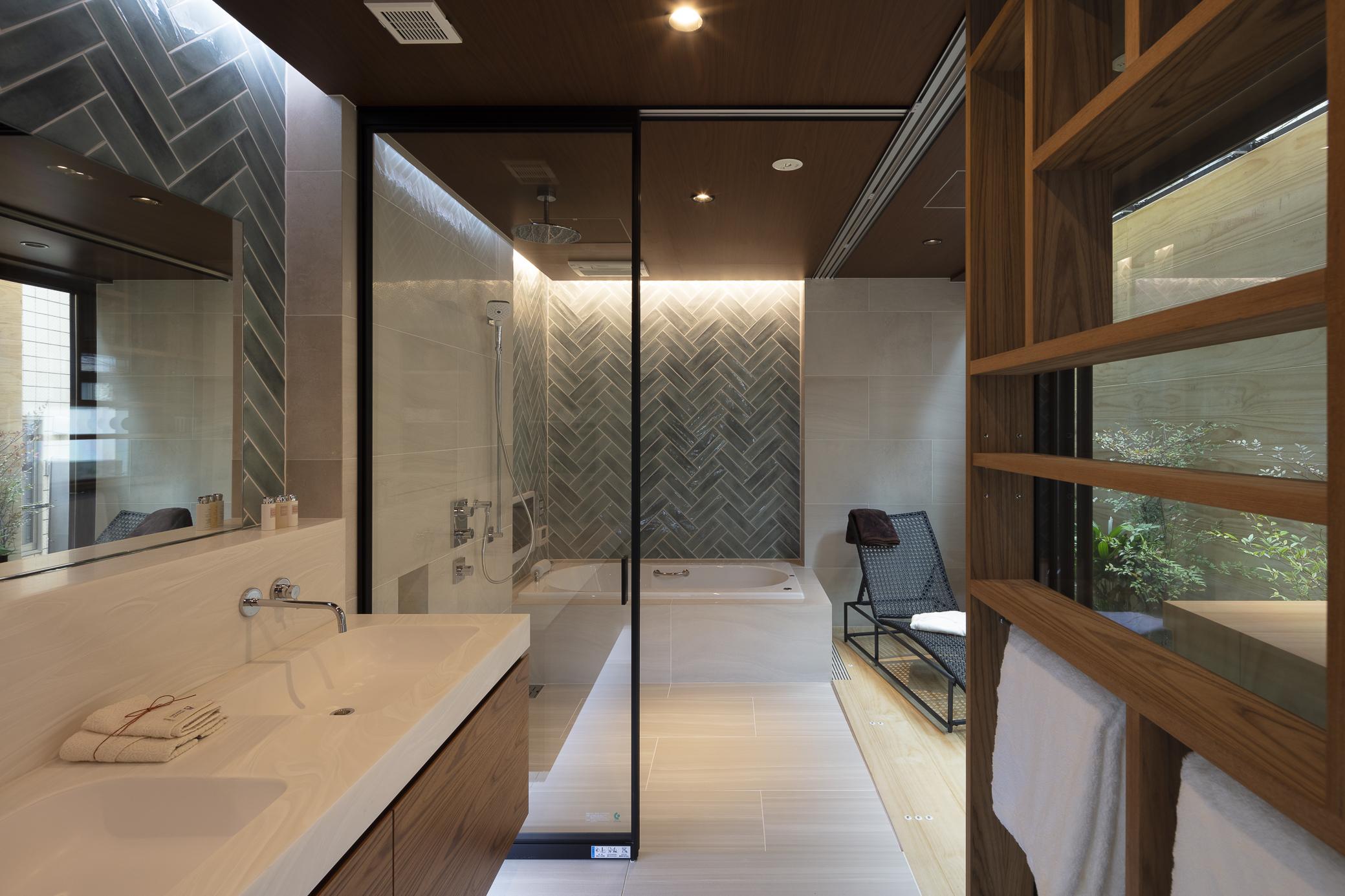 バスルームはインナーバルコニーに面しており、ガラス貼りの開放感のあるデザイン