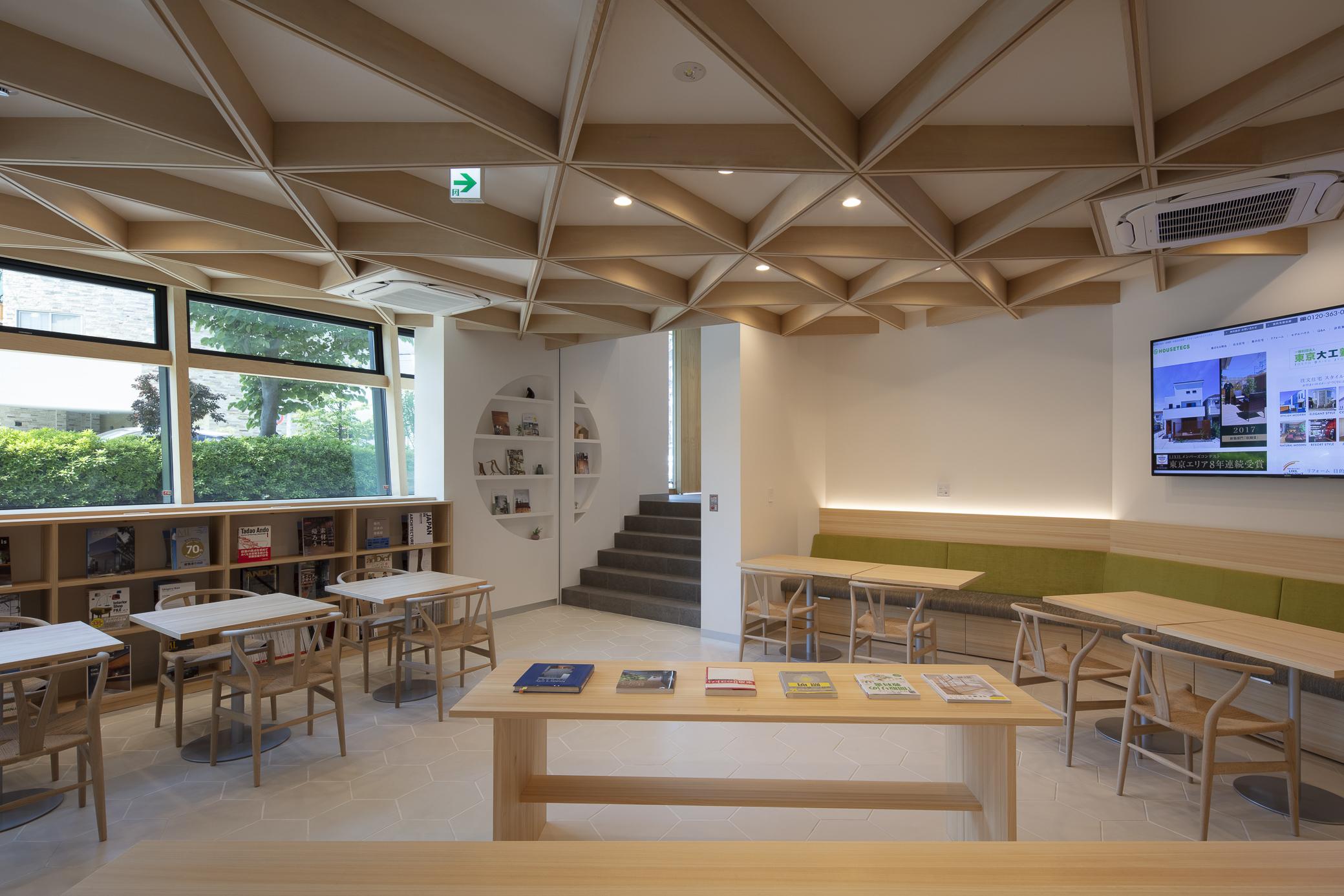 1階のギャラリーは天井は大工の造作による組木仕上げ