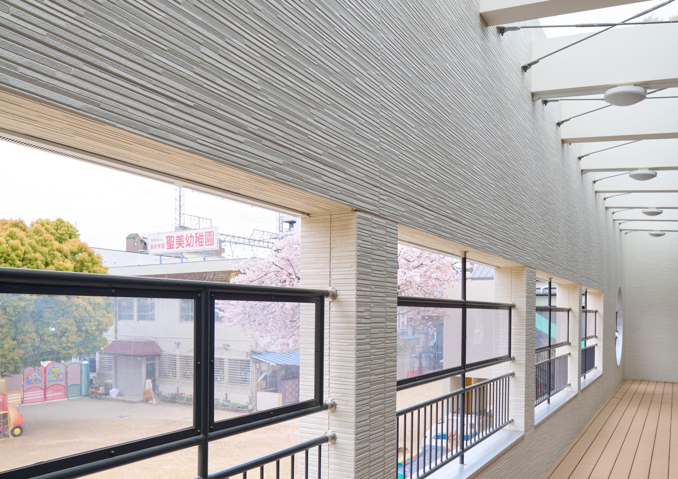 2階の回廊の天井面には透明な素材を用いて外光を取り入れて明るい半屋外空間を実現