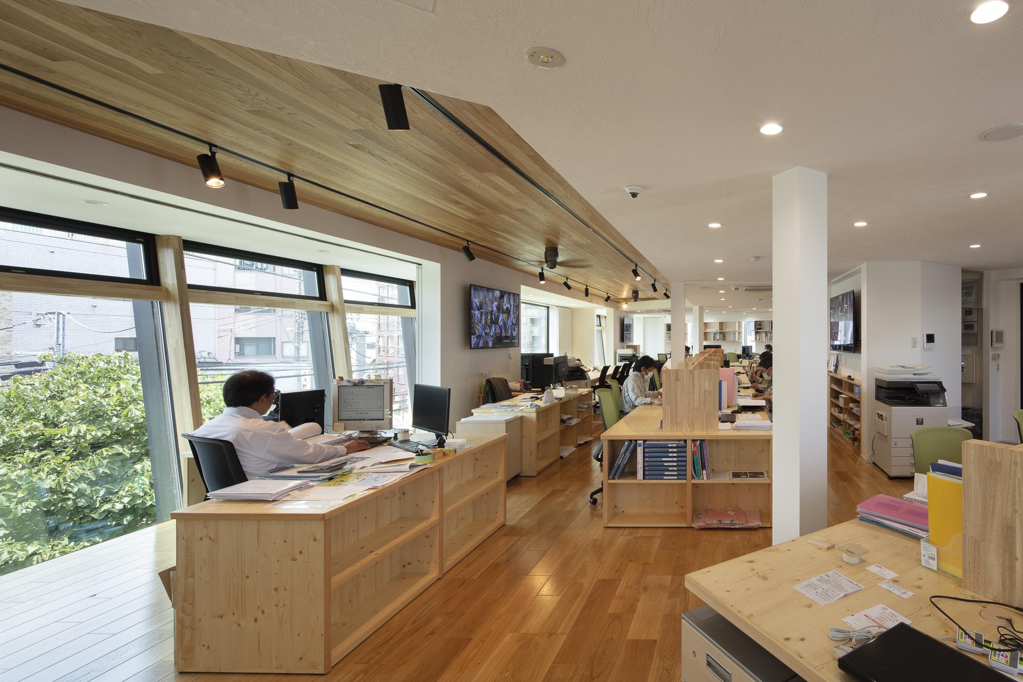 3階の事務所は三角形の平面形状により3方向に開口部があり、明るく開放的なオフィス空間